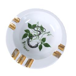 Porcelāna pelnutrauks ar medicīnas simboliku
